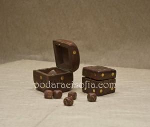 Малка и голяма кутия с по пет дървени зара от магазин за подаръци Gifts