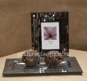 Рамка за снимка и фруктиета от стъкло от магазин за подаръци Gifts, подходящи за жена.