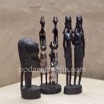 Няколко екзотични фигури в африкански и индонезийски стил от магазин за подаръци Gifts