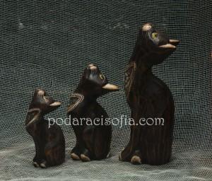 Три котки от дърво с различен размер