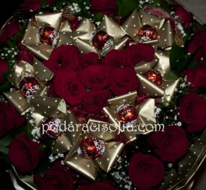 Романтичен и страстен букет с рози и бонбони – приятна изненада за важна за вас дама.