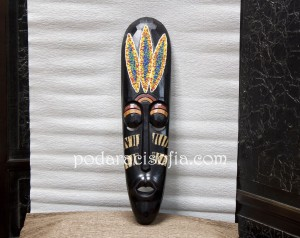 Екзотична маска за стена в африкански стил от тъмно дърво с дискретна украса.