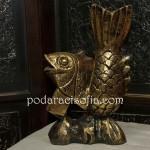 Златна рибка -дървена пластка на риба, боядисана в патинирано златно
