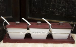Три керамични буркани с капаци и лъжички на обща поставка