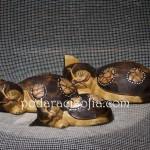 Три дървени котки с различен размер, свити на кълбо
