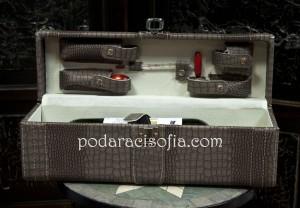 Дървена кутия за вино с кожена облицовка. В капака има аксесоари за сервиране на вино - тапа, тирбушон, ринк за бутилка, термометър за вино, лиек.