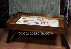 Дървена масичка за седвиране на закуска в леглото