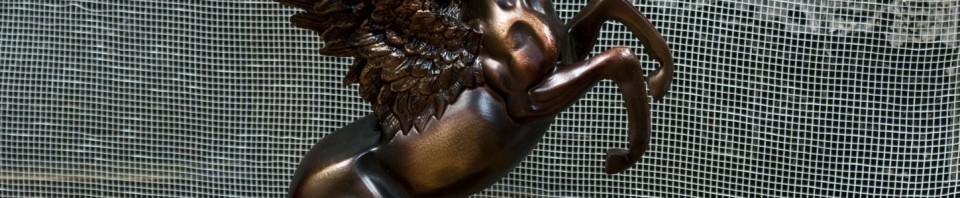Пластика на Пегас в бронзов цвят. Крилатият кое е стъпил на задните си крата и е с развяти криле.