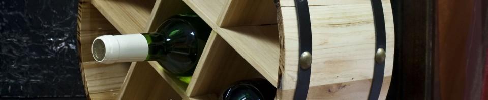 Стойка за 9 бутилки от дърво, във формата за разрязано през средтата буре.