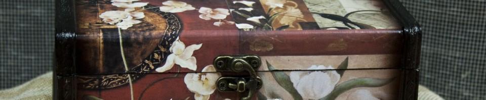 Музикална кутия за бижута, от дрърво с флорални мотиви за декорация по капака