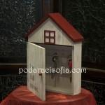 Дървена кутия за ключове, като къщичка