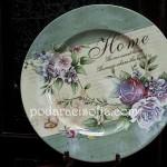 Чиния от метал с романтична украса с цветя. Подходяща за подарък за жена, както и за нова къща.