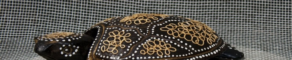 Малки пластики на костенурка – изработени са от палмово дърво и имат красива рисувана украса.
