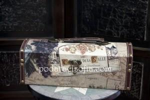 Дървена кутия за вино в стил Прованс. Има естествено излъчване, което я прави хубава идея за подарък за мъж, но и за дама.