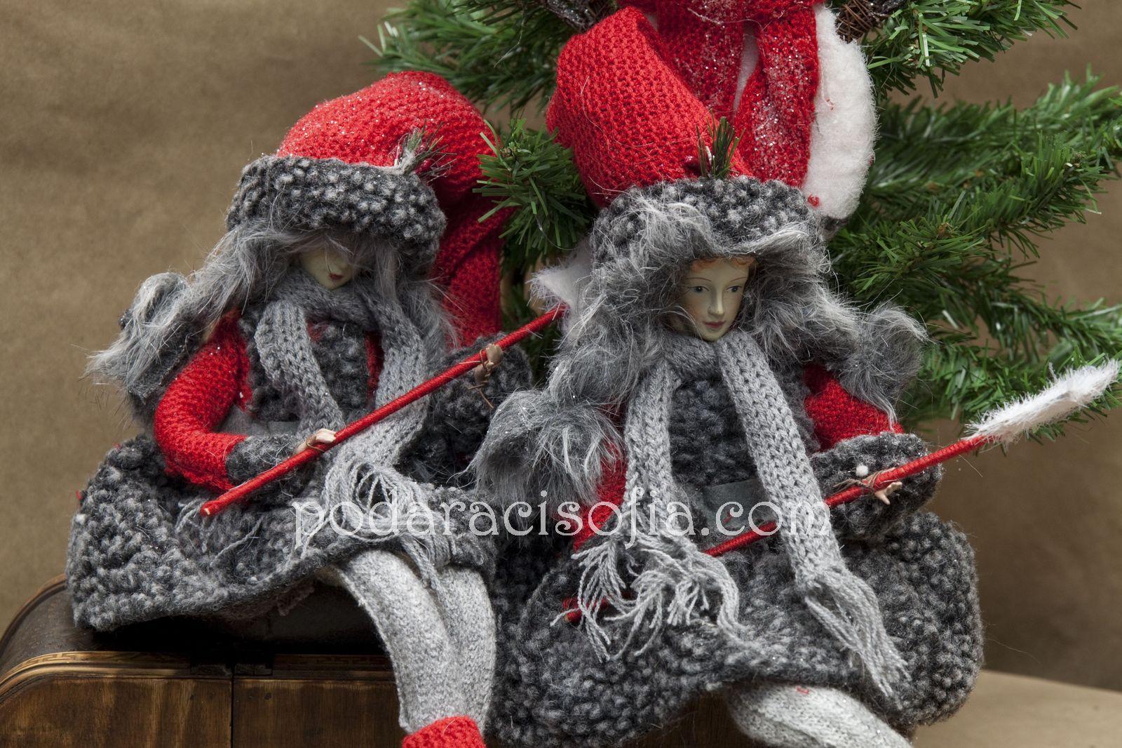 Две феи от плат с червени шапки и сиви палтенца от магазин за подаръци Gifts