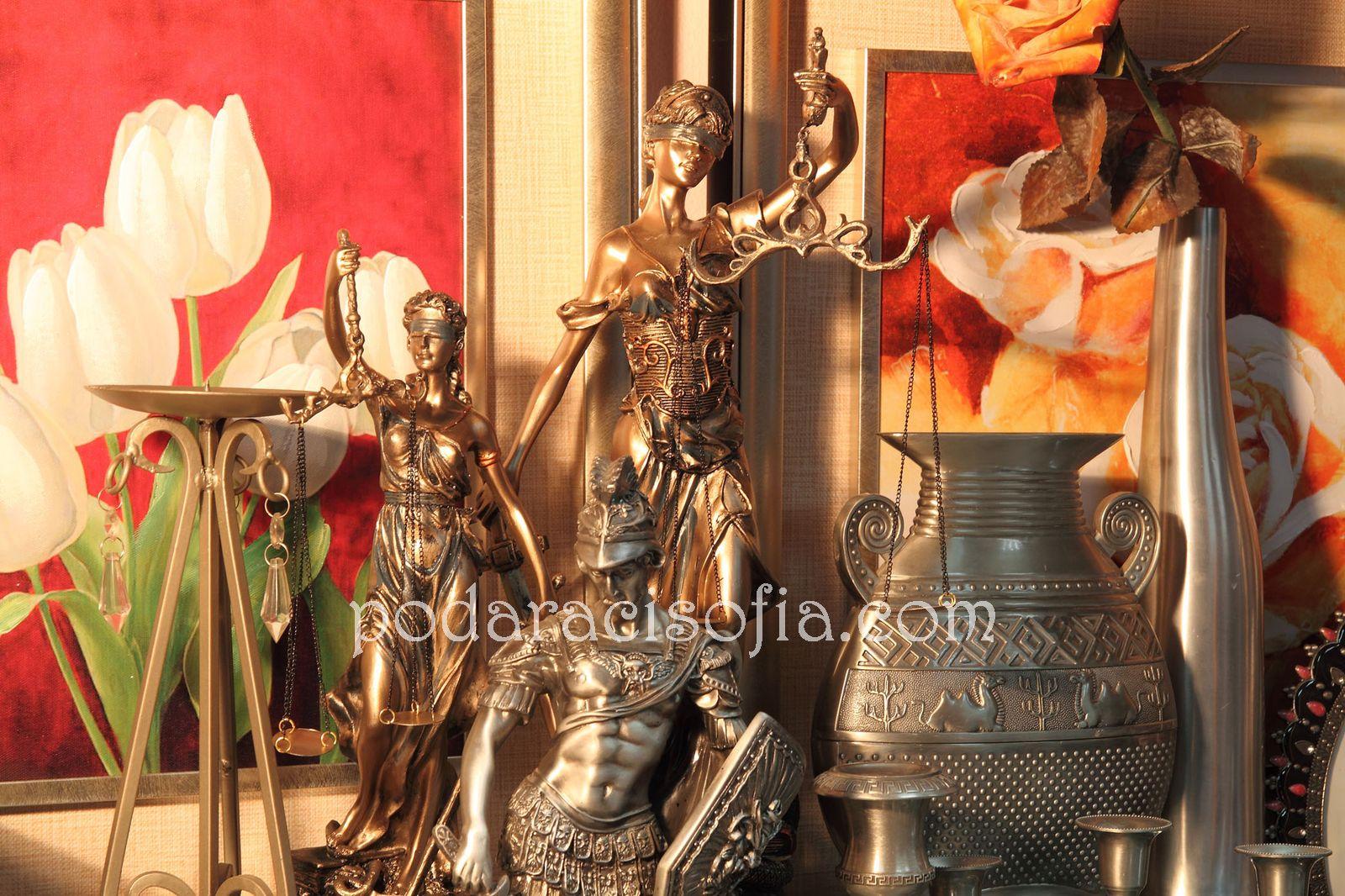 Метални фигури, ваза и свещници от метал