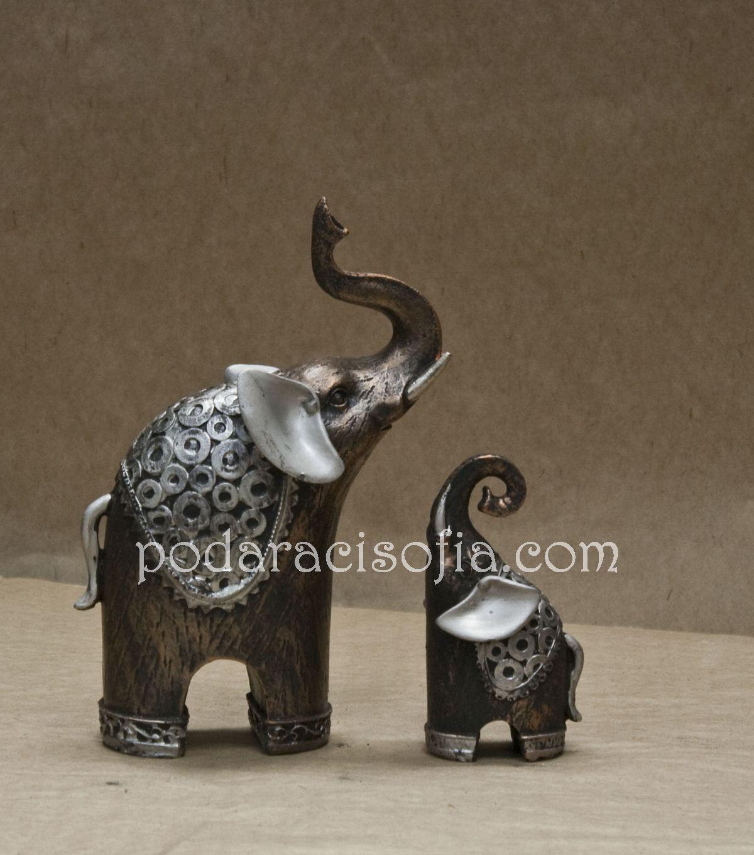 Малък и голям слон с вирнати хоботи