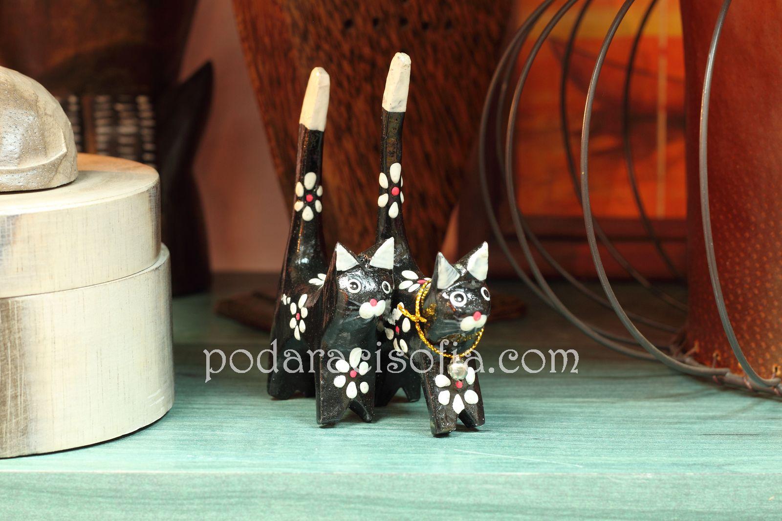 Дървени котки с вирнати опашки от магазин за подаръци Gifts