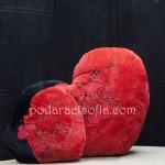 Две червени, плюшени сърца - чаровен подарък за влюбени