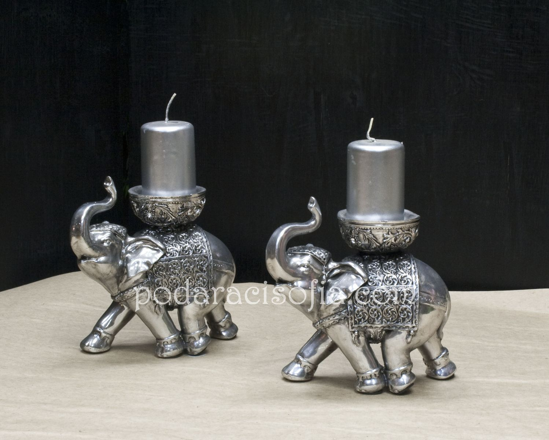 Два сребърни слонове, които са и свещници