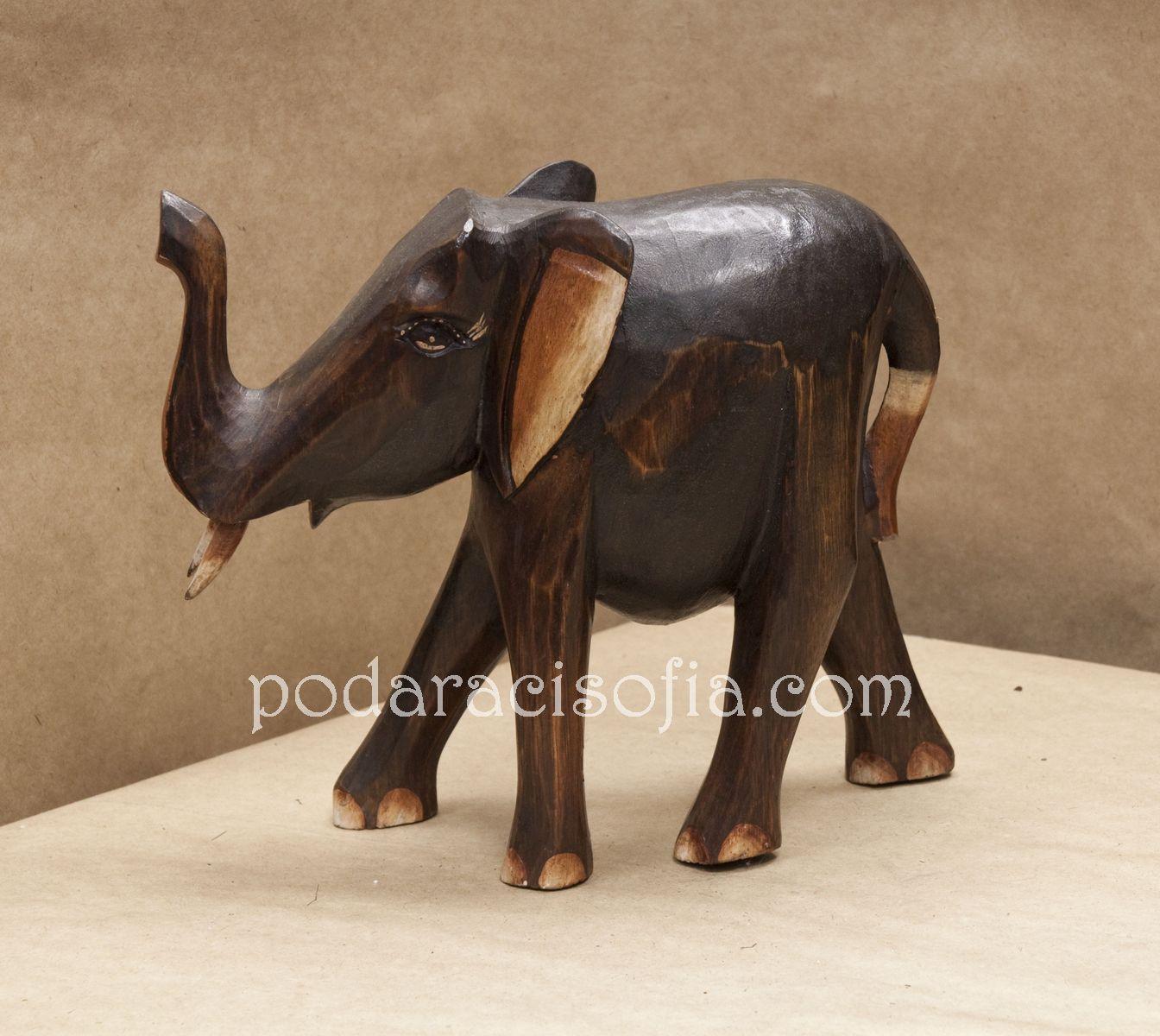 Екзотичен слон от дърво с вирнат хобот за късмет