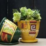 Две саксии от ръчно рисувана керамика в жълто и зелено и украса с геометрични фигури магазин за подаръци Gifts