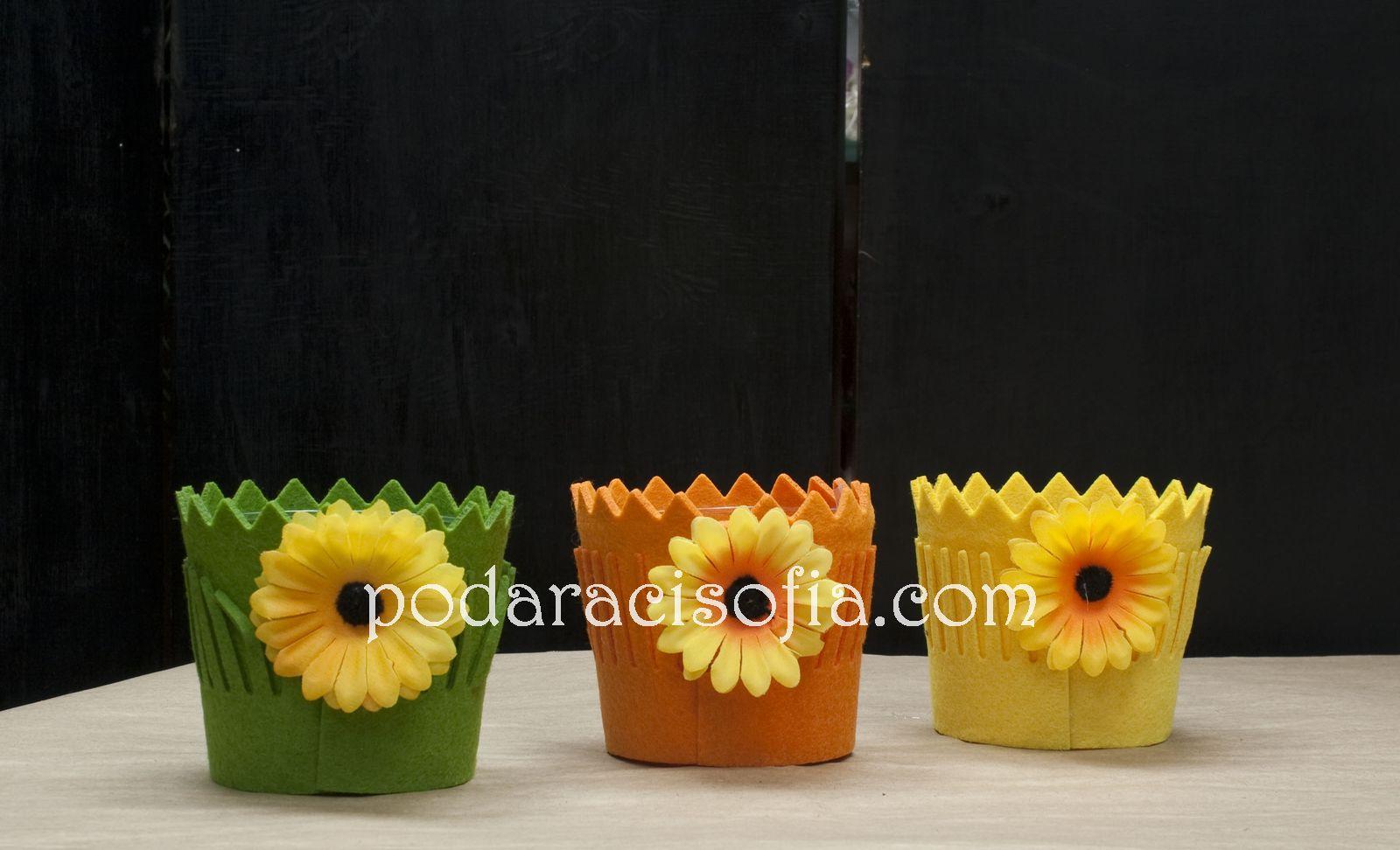 Три саксии в ярки цветове, облечени с плат и украса като слънчоглед от магазин за подаръци Gifts.