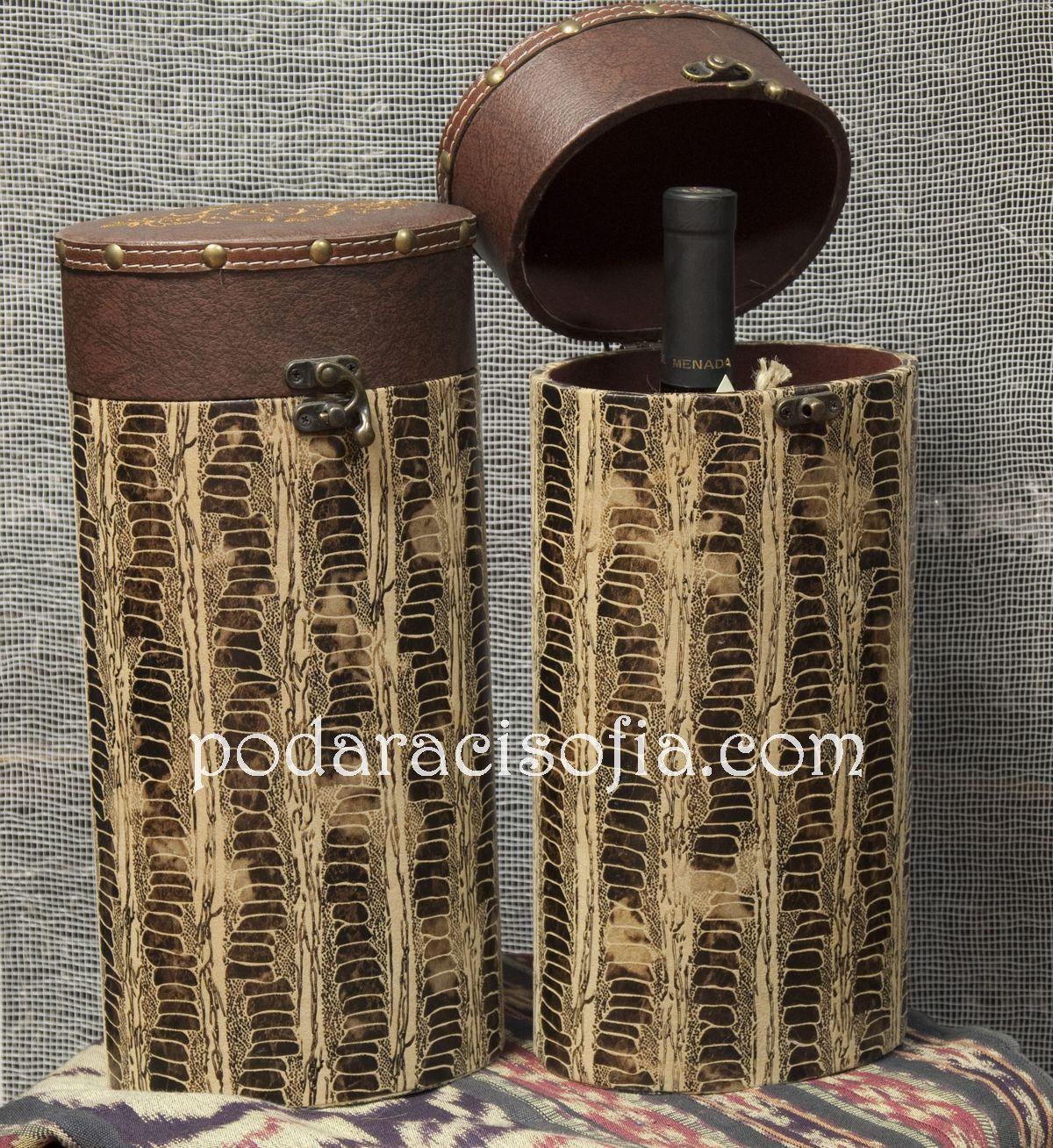 Кутия за бутилка в изправена позиция и украса имитираща змийски шарки.