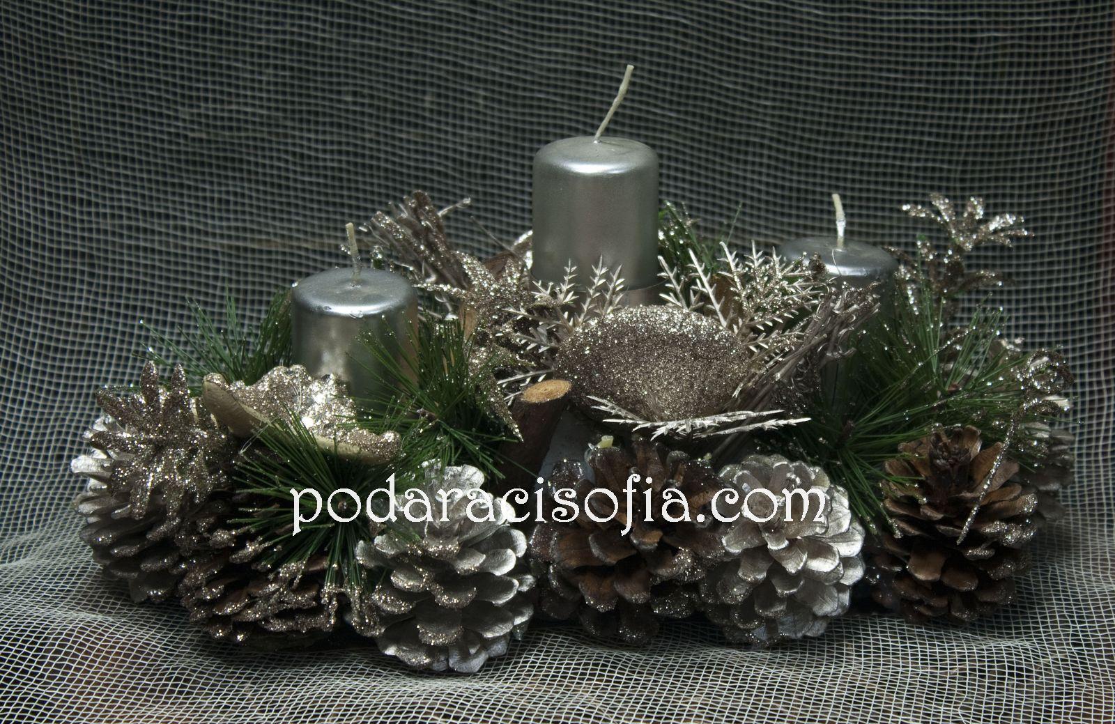 Празнична украса за маса със свещи и шишарки в сребърно