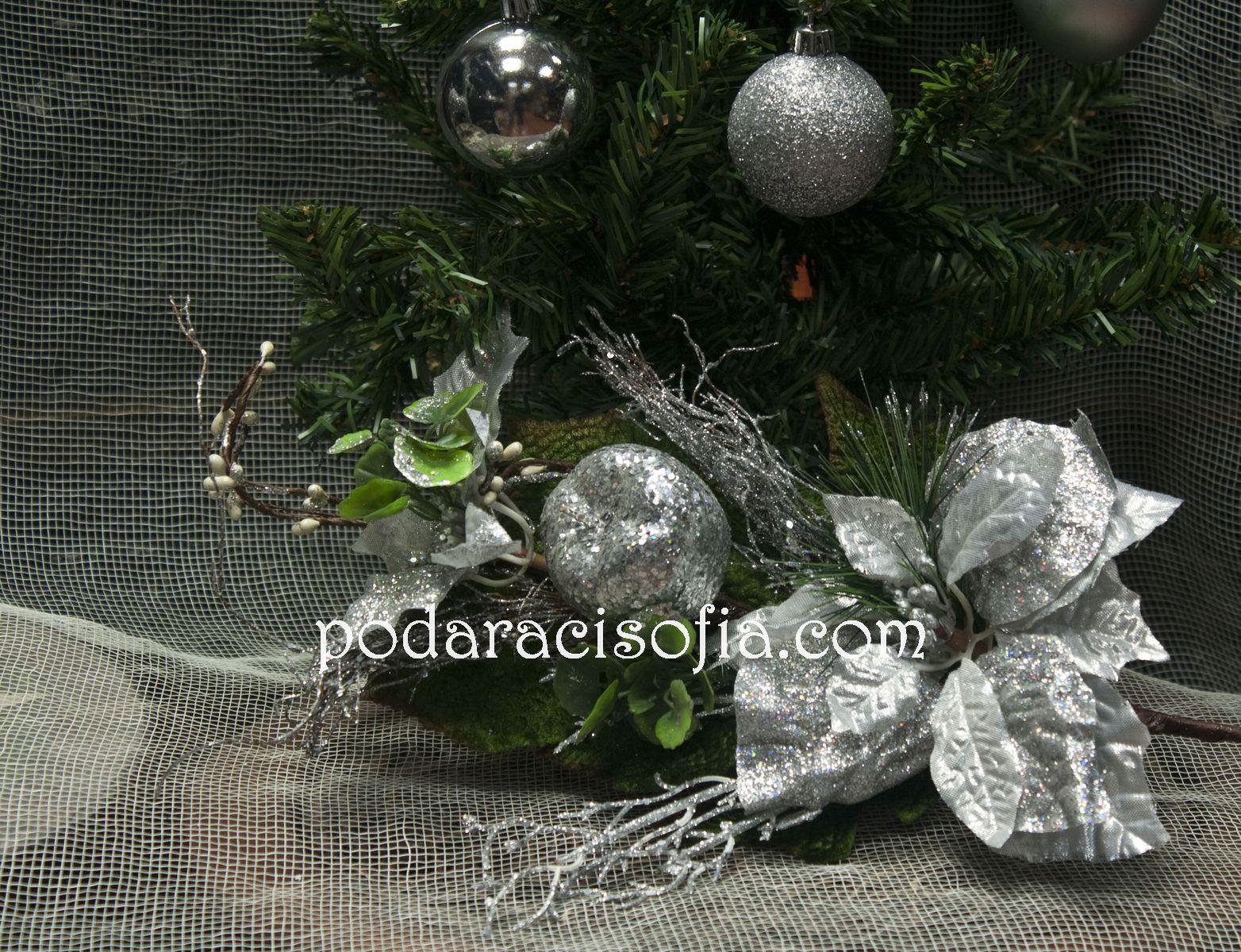 Клон с цветя и декорация в сребърно