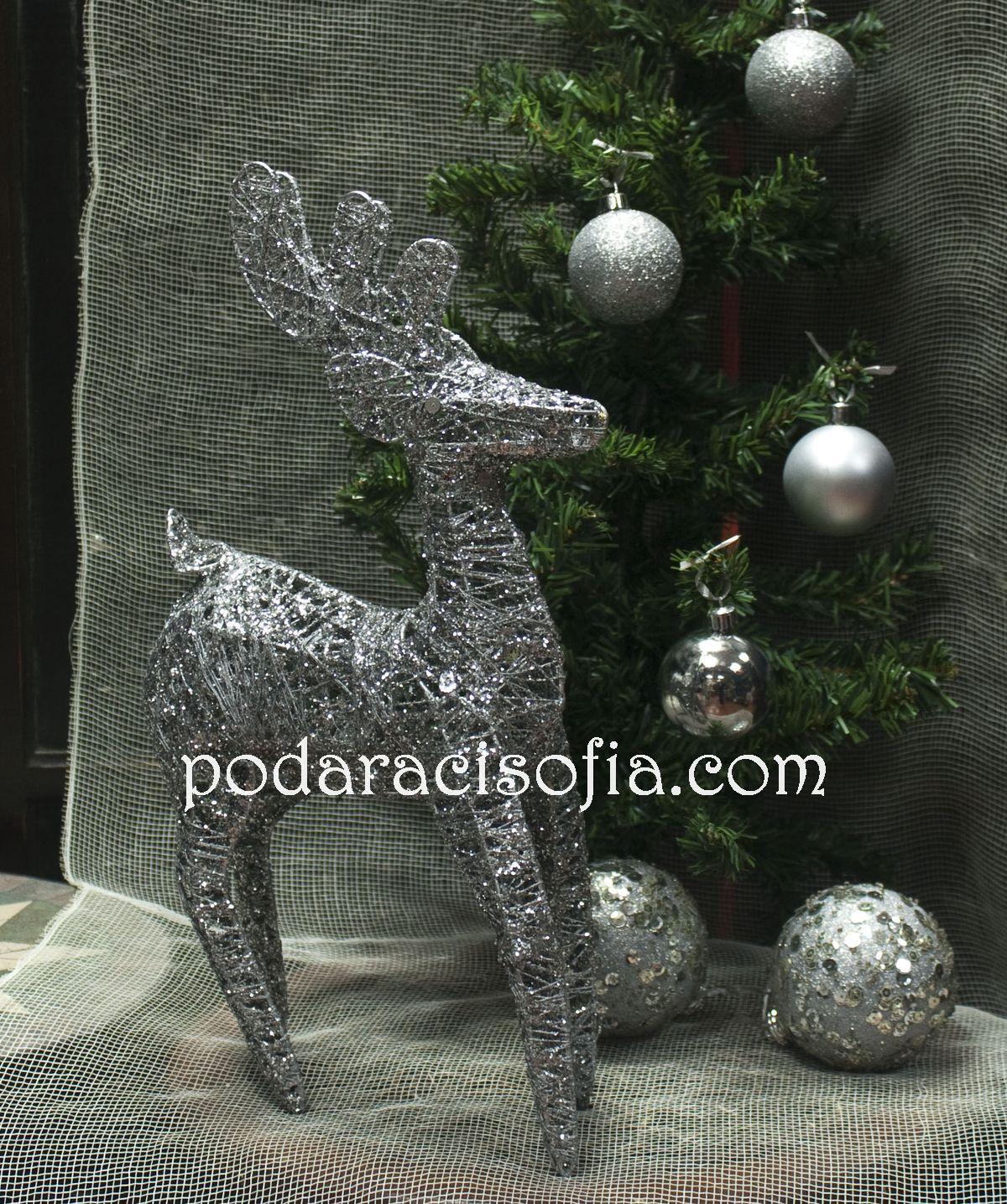 Елха декорирана със сребърно и сребърен елен за коледна декорация