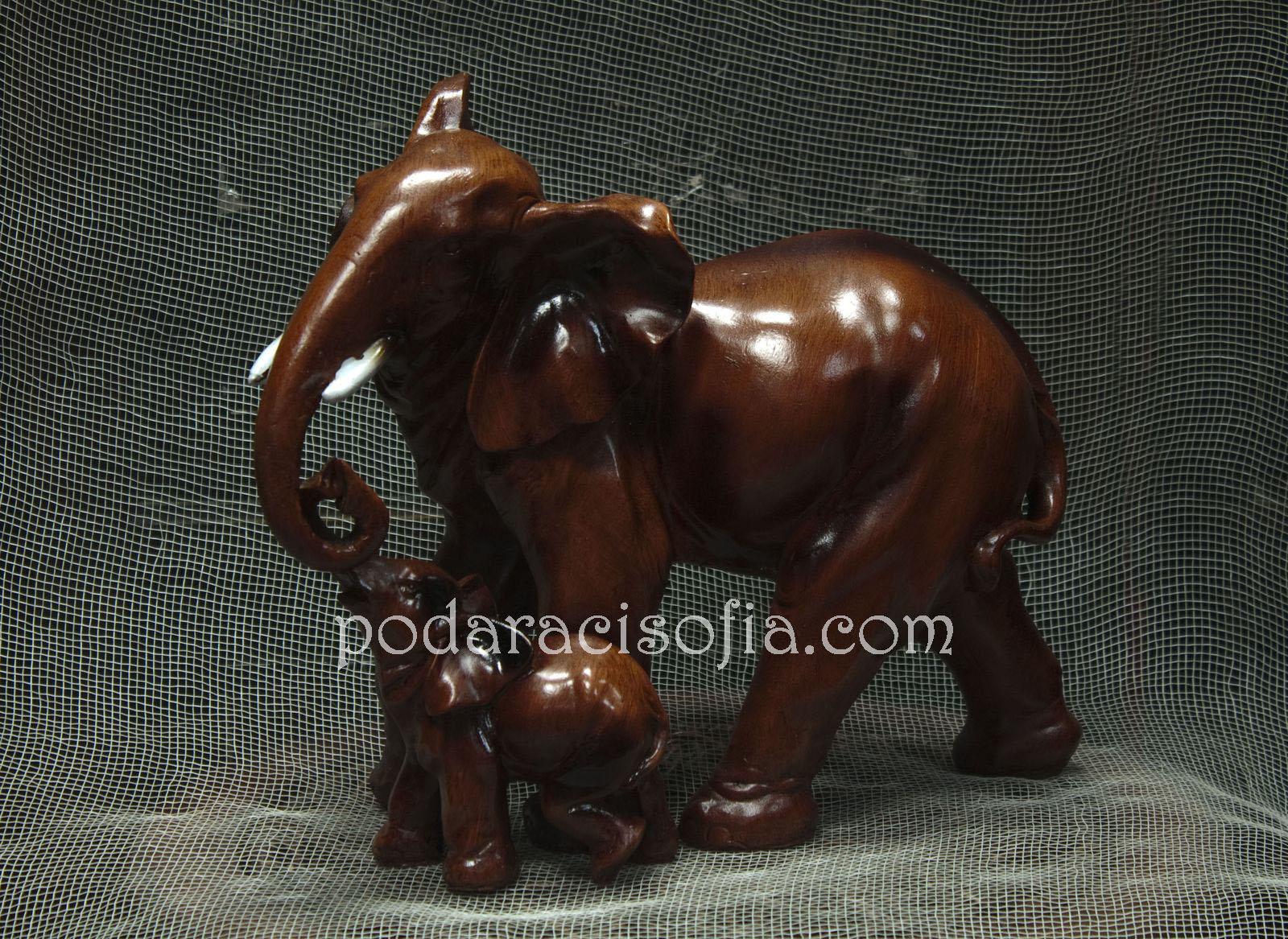 Гървена пластика на слон с малко слонче