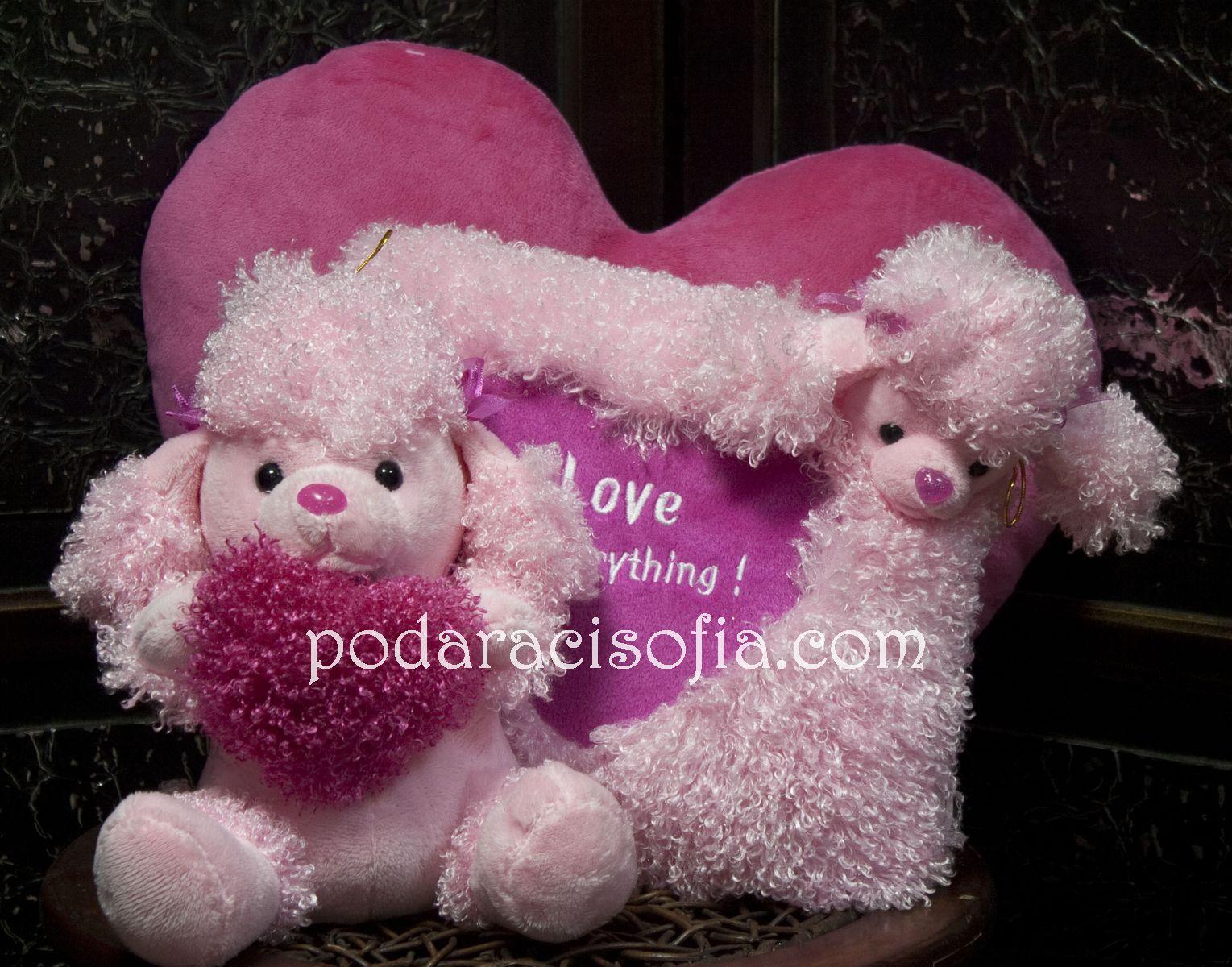 Розово кученце със сърце и възглавница в същия стил за денят на влюбените.