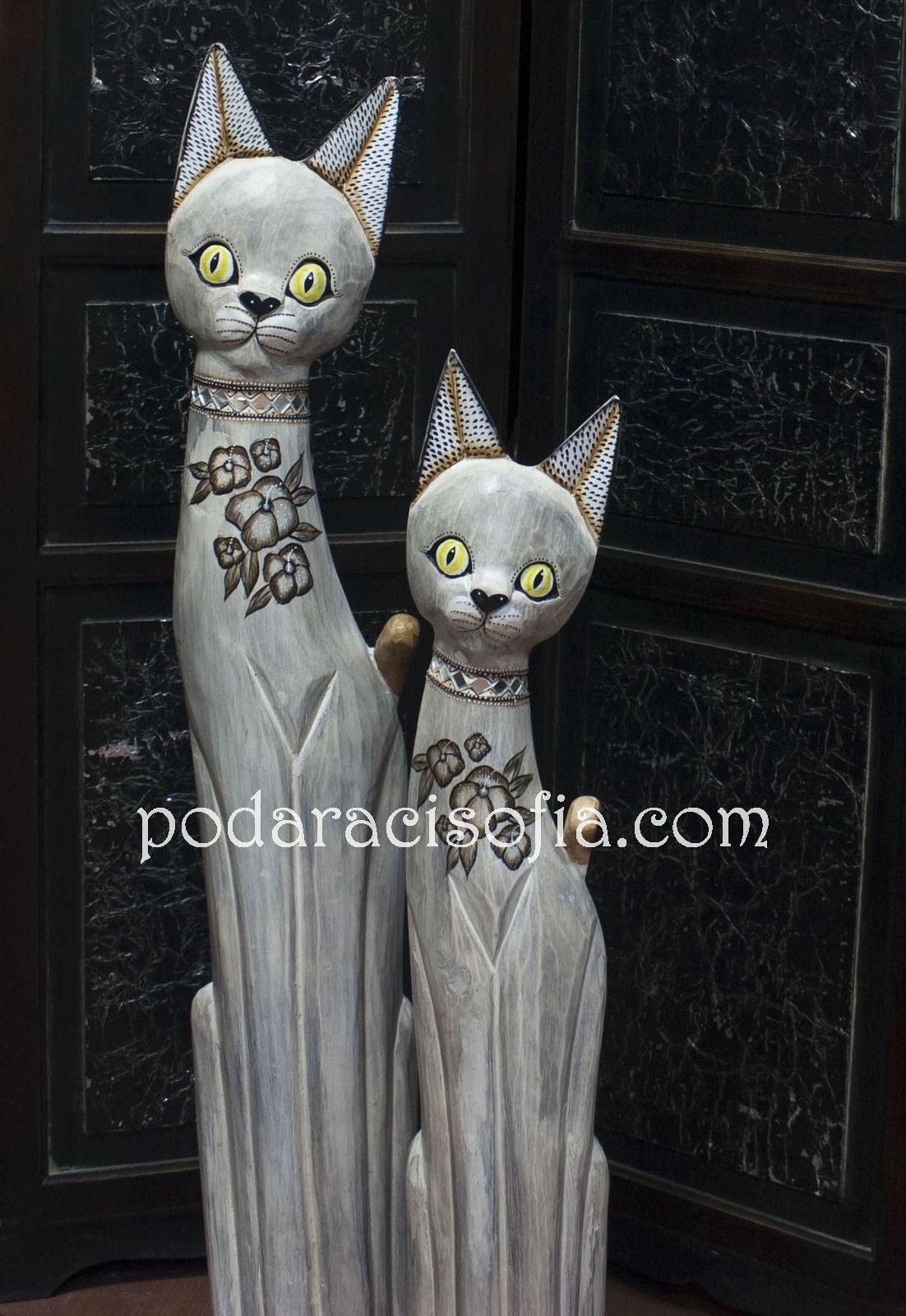 Две дървени фигури на котки в бяло от магазин Gifts
