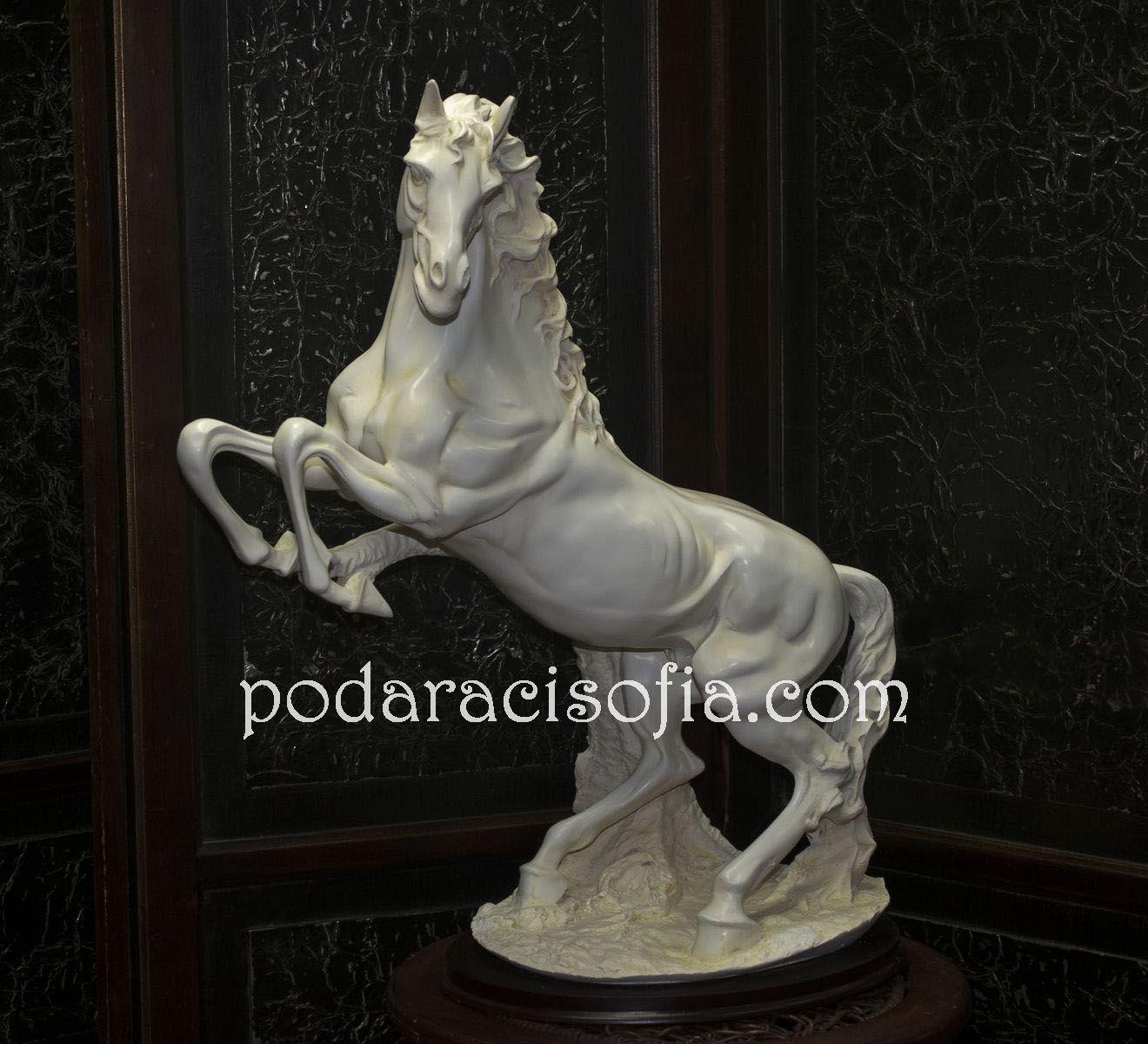 Пластика бял кон с изправени крака