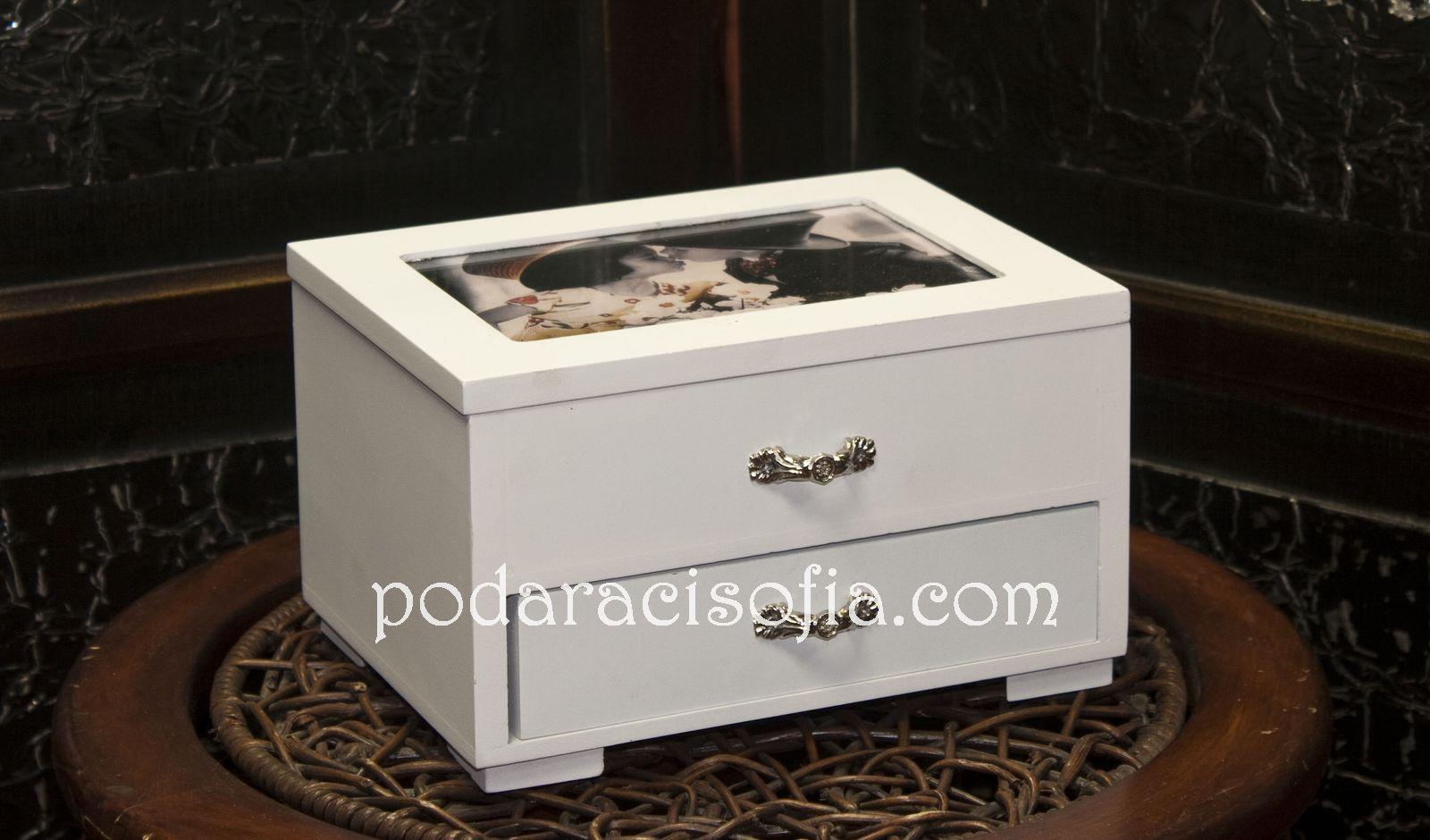 Дървена кутия за бижута, боядисана в бяло с място за снимка на капака