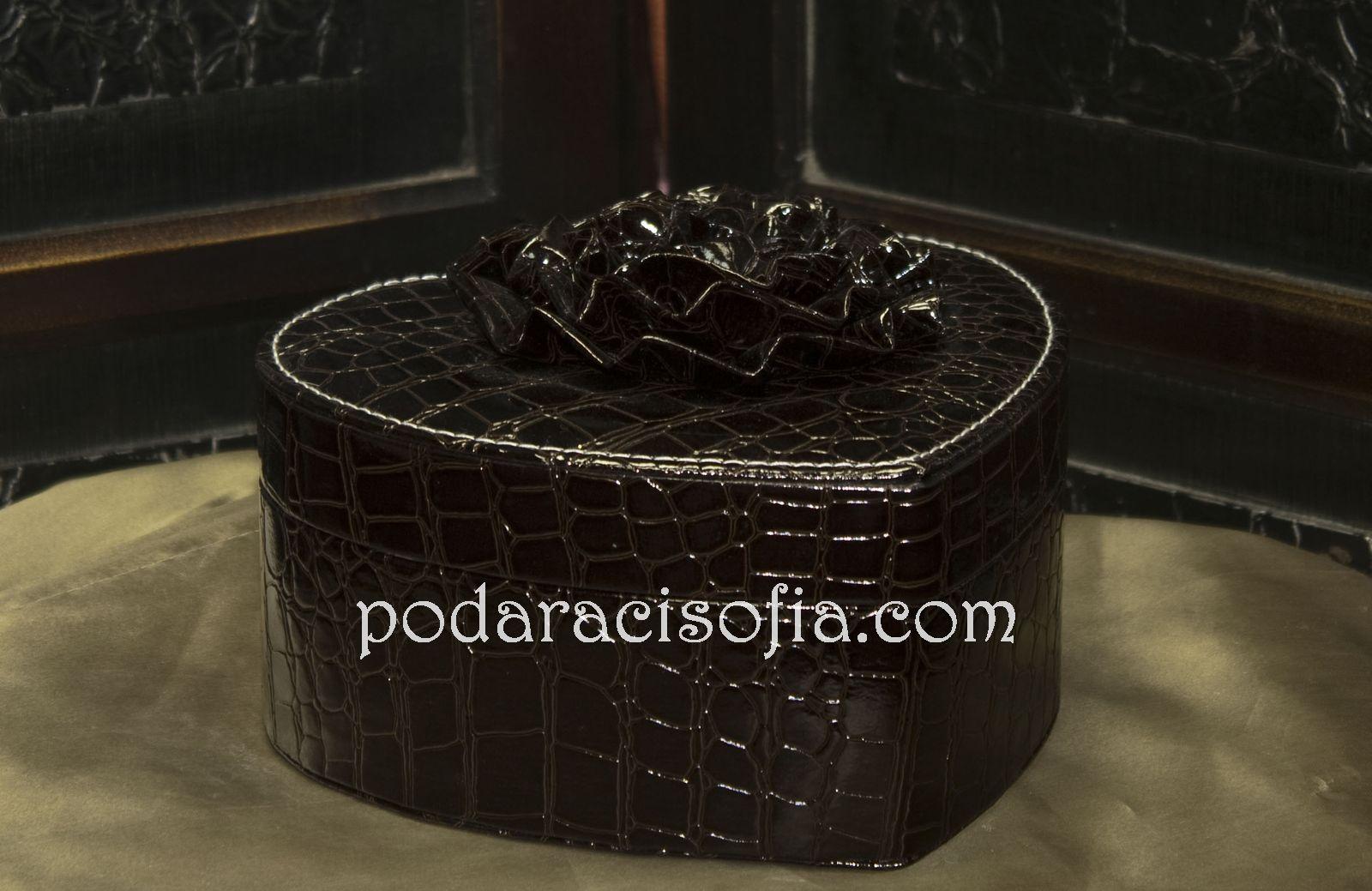 Кутия за бижута като сърце. С кожа отвън и кадифе отвътре