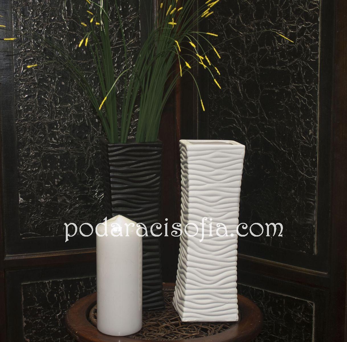 Две вази от керамика в геометрична форма. Едана е черна, другата - бяла. От Gifts