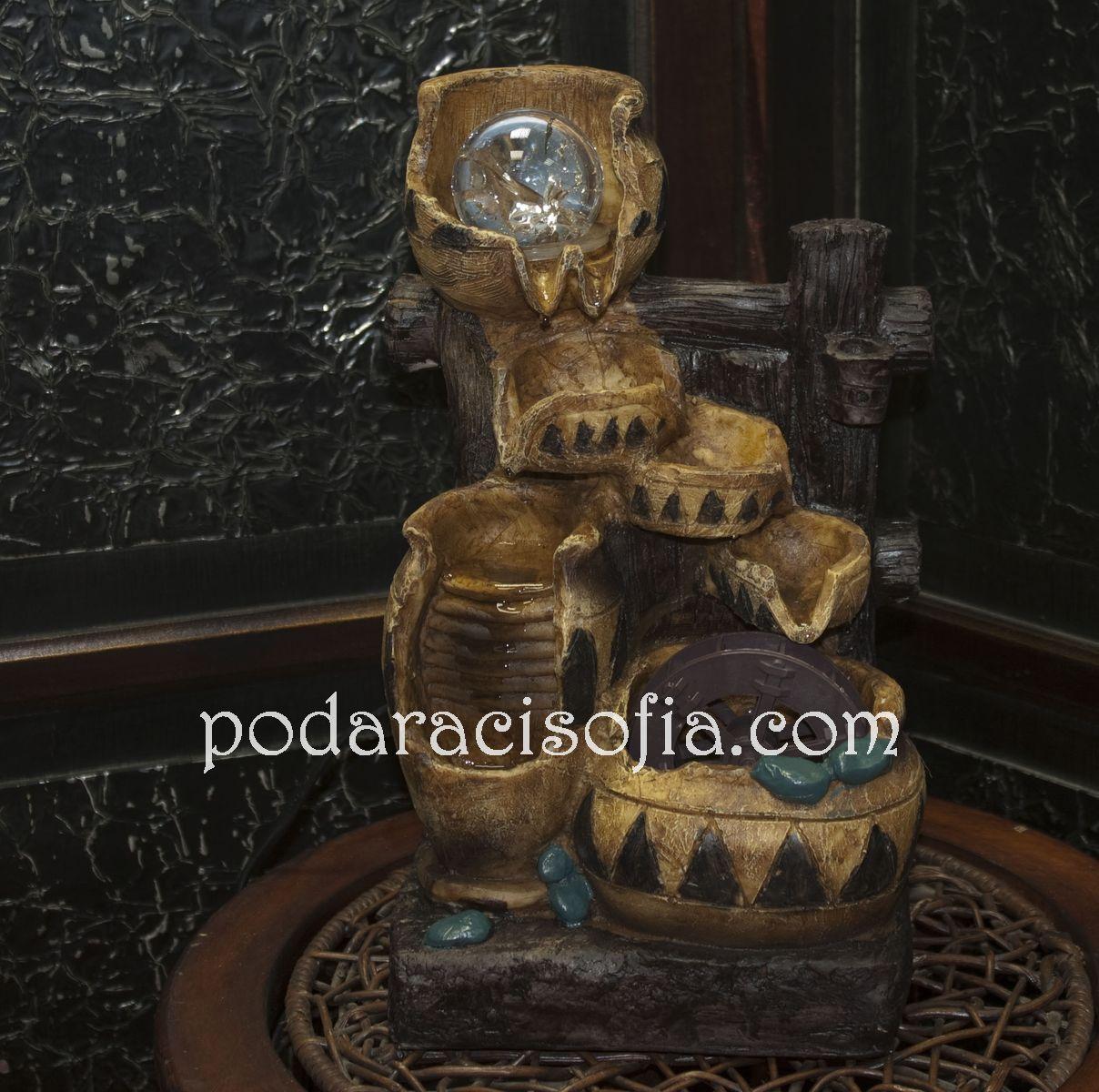 Малък декоративен фонтан с приятен ромон на водата.