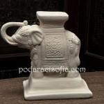 Бял слон свещник, изработен от керамика.