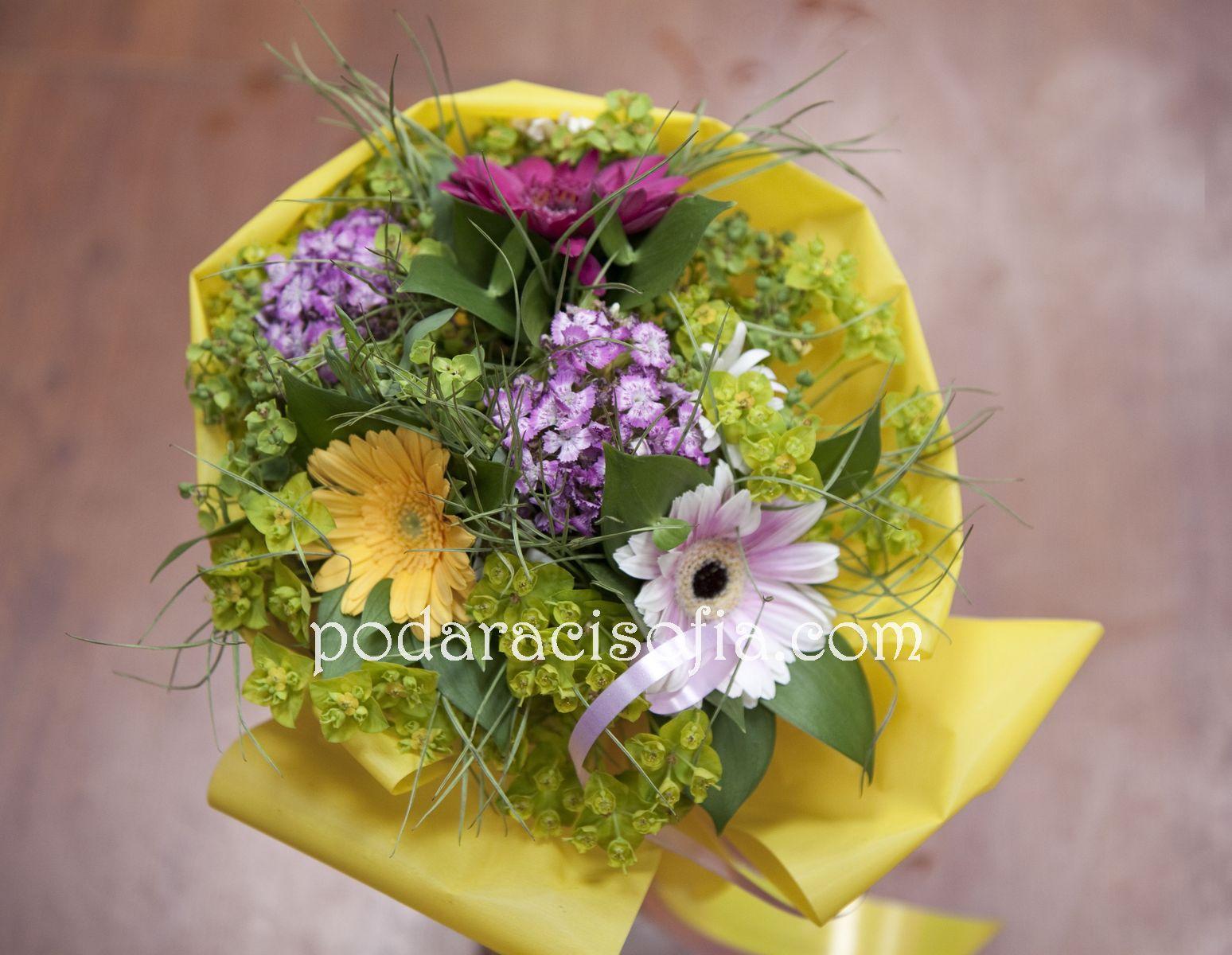 Букет от съчетание на някоко разлини по стил цветя и допълнения
