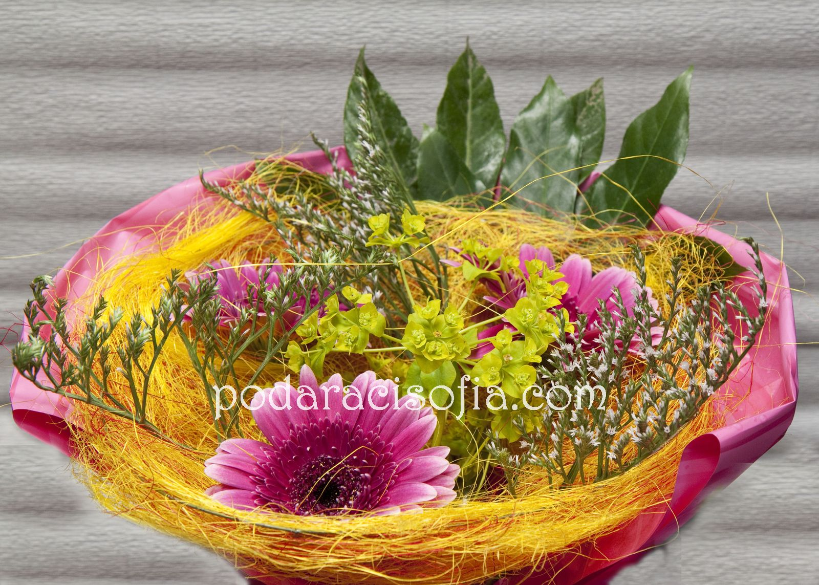 Букет с гербер в розово, жълто и зелено
