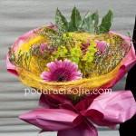 Букет с гербери и розова наделка от хартия