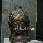 Голяма пластика на Буда, изработена от масивно дърво.