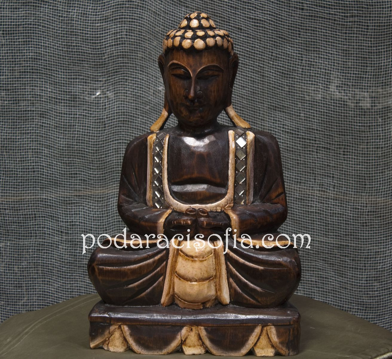 Класическа пластика на Буда от дърво.