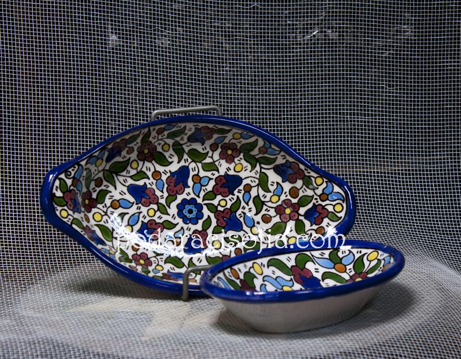 Две малки купи с ярка украса върху бял фон, от порцелан, за сервиране на ядки и лакомства.