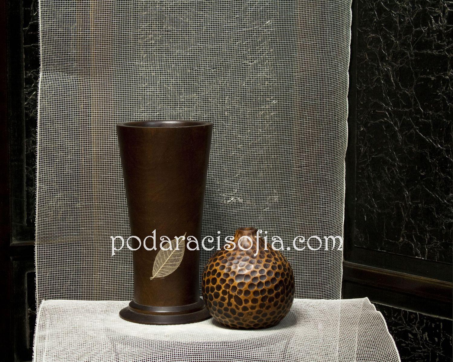 Кръгла, тумбеста ваза и висока права ваза в класическа форма, изработени от керамика в натурални цветове