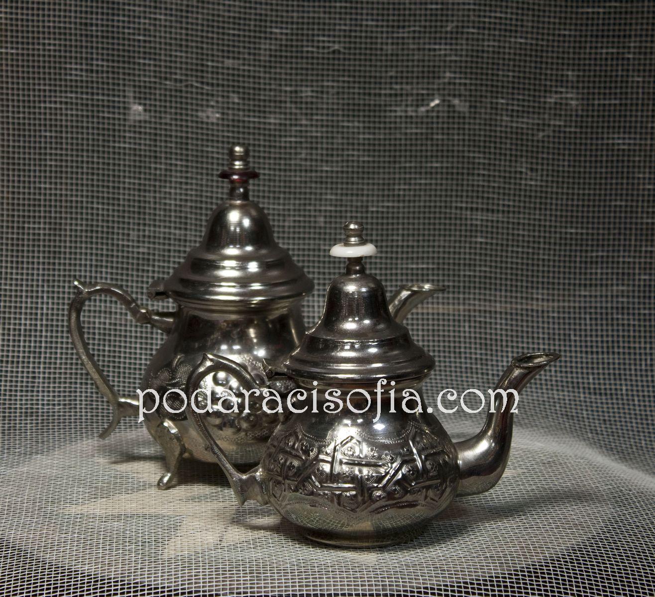 Малки, метални традиционни чайници
