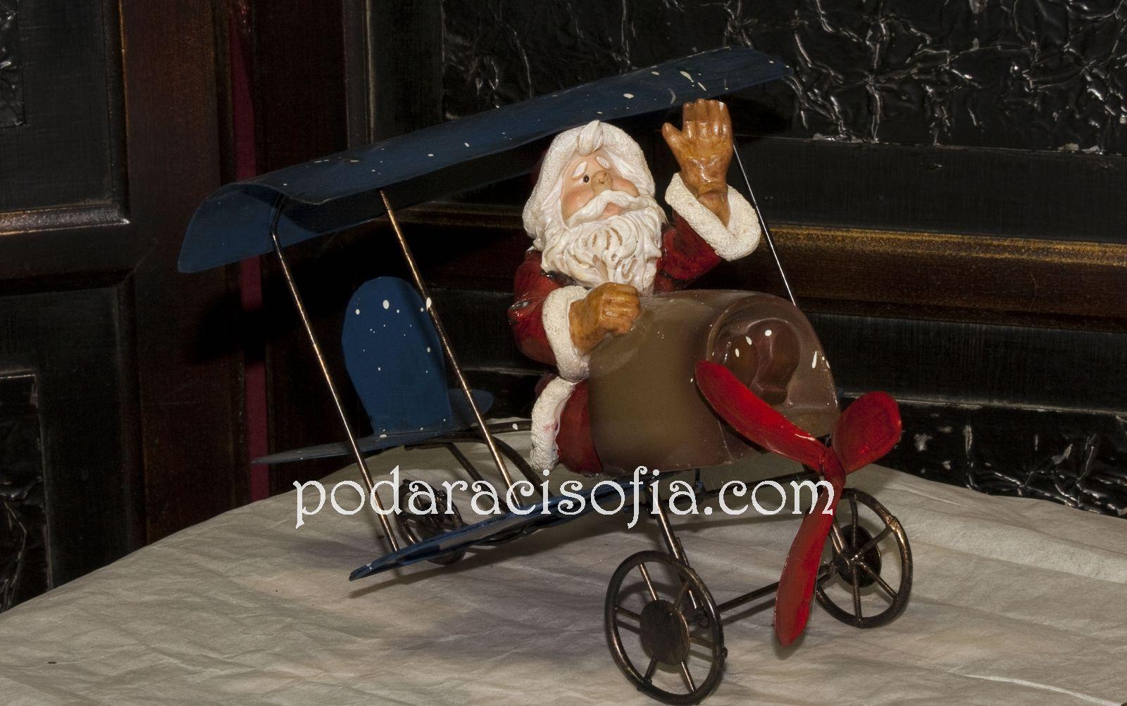 Дядо Коледа в самолет от керамика. Малък и весел модел на Дядо Коледа