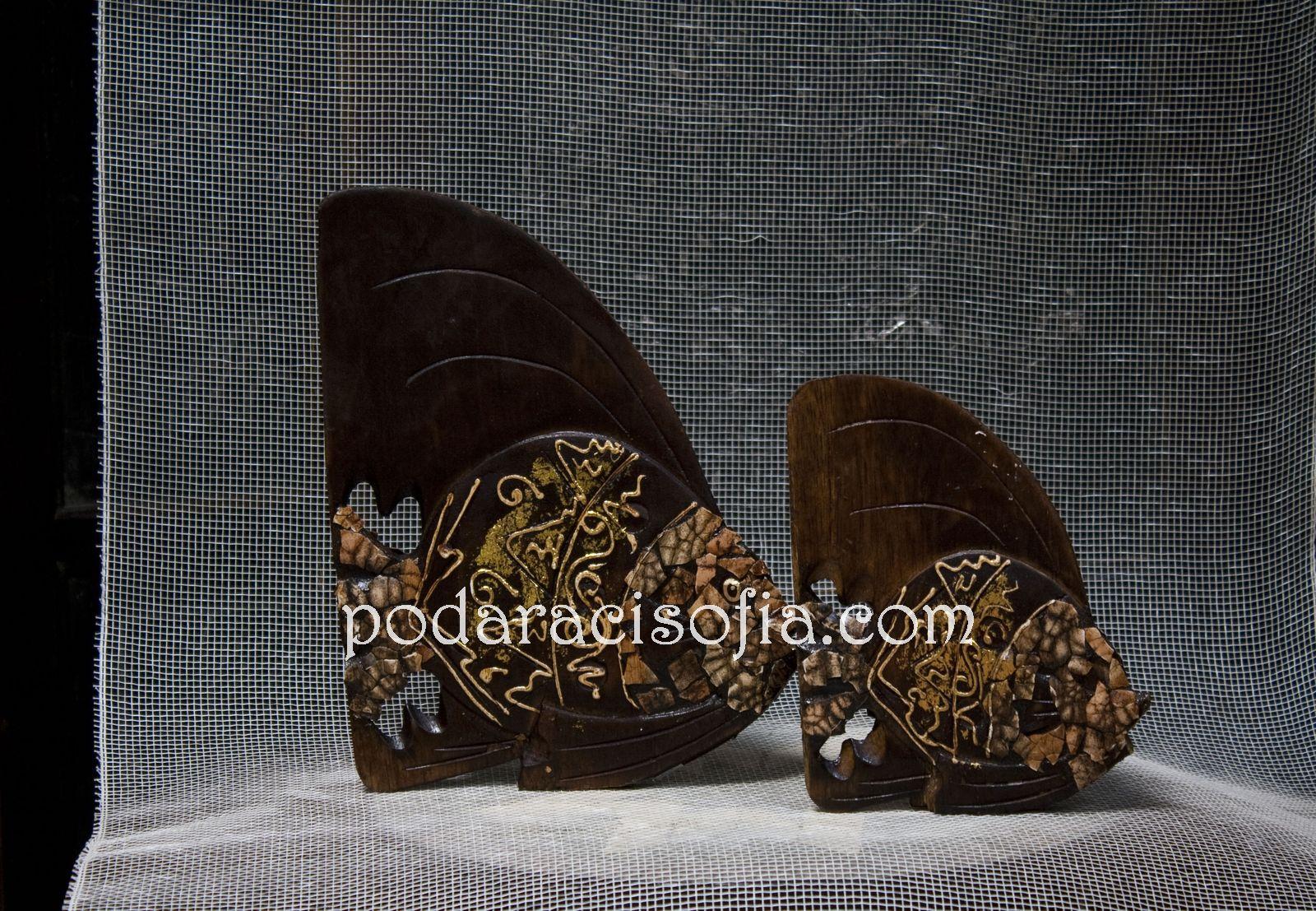 пластики на риба - голяма и малка, изработени от дърво с украса от черупки